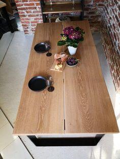 Kahdesta leveästä tammilankusta tehty pöytä metallijaloilla. Koko 200x100 cm.