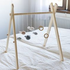 Cadeau de naissance : 10 idées DIY – 10 gifts for a newborn – Marie Claire Id… - DIY Ideen Diy Baby Gym, Quilts Vintage, Diy Bebe, Birth Gift, Ideias Diy, Natural Baby, Natural Toys, Wood Toys, Wooden Baby Toys