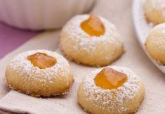 Biscottini morbidi ripieni di marmellata. Veloci da preparare. Ingredienti: 180 grammi di farina, 140 grammi di burro, 2 tuorli, una bacca di vaniglia, zucchero a velo, marmellate miste a vostra scelta...