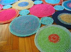 Alfombras tejidas a crochet de varios circulos unidos hecho a mano