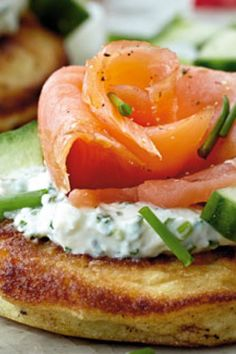 Blinis with salmon and dip Pink Salmon Recipes, Shellfish Recipes, Ceviche, Aioli, Dip Recipes, Bagels, Tapas, Bacon, Muffins