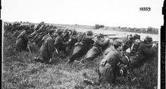 Eerste Slag bij de Marne was een veldslag (langs een rivier tussen) Duitsland en Frankrijk (van 5 september tot 12 september 1914) (centralen vs geallieerden).De reden dat Frankrijk en Duitsland oorlog hadden was dat Duitsland oorlog had met Rusland. Omdat Rusland en Frankrijk geallieerden waren steunden ze elkaar ook. Dit is dus de reden dat Frankrijk oorlog had met Duitsland. De strategie die hier werd gebruikt was schuilen achter de dijken.