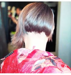 lifeless hair Assymetrical short hair with undercut desigual scarf . Hairstyles Haircuts, Cool Hairstyles, Assymetrical Hair, Disney Scrubs, Popular Logos, Short Hair Undercut, Hair Porosity, Hair Wax, No Eyeliner Makeup