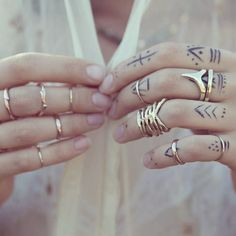 Ring stacks on fingers. Midi rings.