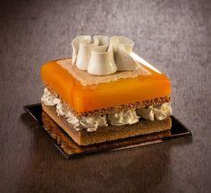 Художница не может употреблять в пищу сладости, поэтому создает их из стекла