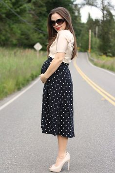 Pregnant Street Style: 35 stylish maternity outfit ideas that prove you can still look chic as a mama-to-be! Maternity Skirt, Stylish Maternity, Maternity Wear, Maternity Fashion, Maternity Style, Baby Bump Style, Mommy Style, Pregnancy Looks, Pregnancy Outfits