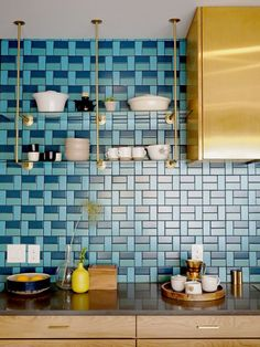 Midcentury modern style is a design aesthetic that celebrates all things functional. Perfect for a kitchen, eh? But where to start? Here are six midcentury modern kitchen backsplash ideas that you'll want to copy pronto. Modern Kitchen Backsplash, Kitchen Cabinetry, Modern Kitchen Design, Interior Design Kitchen, Backsplash Design, Backsplash Ideas, Kitchen Decor, Modern Kitchens, Blue Backsplash
