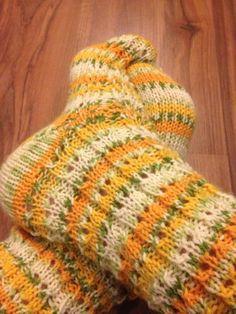 Arkimamman Arkiralli: Ketterästi keskiviikkona Knitting Socks, Knit Socks, Boot Toppers, Sock Shoes, Fingerless Gloves, Arm Warmers, Mittens, Diy And Crafts, Knit Crochet