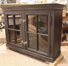 Frid & Fröjd Stockamöllan. Vitrinskåp byggt och målat på beställning åt kund. Dörrarna är gamla fönster.
