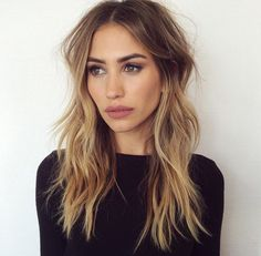 Her hair looks messy, but it's also look fantastic! Ombre Hair Long Bob, Hair Day, New Hair, Hair Inspo, Hair Inspiration, Corte Y Color, Hair Color And Cut, Brunnete Hair Color, Beach Hair Color