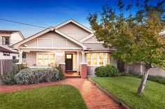 Domain has Properties Sold & Auction Results in Northcote, VIC, 3070 & surrounding suburbs. View our listings & use our detailed filters to find your perfect home. Bungalow Interiors, Bungalow Renovation, Bungalow Homes, Exterior Color Schemes, Exterior House Colors, Bungalows, Edwardian Haus, Weatherboard House, Queenslander