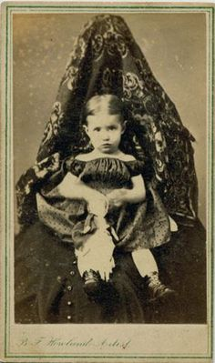 This site exists to discredit the idea of the Victorian standing post mortem photo. Post mortem photos do exist, but none of them are stand alone. Victorian Portraits, Victorian Photos, Antique Photos, Vintage Photographs, Victorian Era, Old Photos, Vintage Images, Post Mortem Pictures, Mother Photos