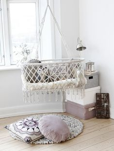 hanging beds and baskets for baby room decor Suspended baby cradles are modern baby room furniture designs inspired by traditional cradles Hanging Bassinet, Hanging Crib, Hanging Cradle, Diy Hanging, Hanging Storage, White Nursery, Boho Nursery, Nursery Decor, Bright Nursery