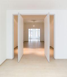 Grande porte intérieure pivot désaxé sans éléments à intégré dans le sol! Fabricant: Anyway Doors.                                                                                                                                                                                 Plus