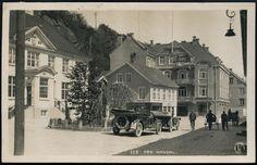 Vest-Agder fylke MANDAL. nærmotiv fra sentrum med bl.a. 2 biler, Grand Hotel i bakgrunnen Utg Oppi. Brukt 1924