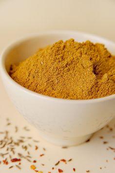 Ras el hanout Bereiden: Meng alle ingrediënten bij elkaar en maal fijn in een vijzel of koffiemolen. Bewaar de Raz el Hanout in een luchtdichte doos. Tip: Heerlijk in soepen, stoofpotten of op gegrild vlees. ©kayotickitchen.com
