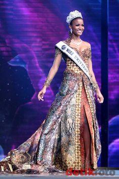 Leila Lopes - Angola - Miss Universe 2011 Batik Kebaya, Kebaya Dress, Indonesian Kebaya, Modern Kebaya, Batik Art, Beauty Pageant, Facon, Traditional Outfits, Gowns
