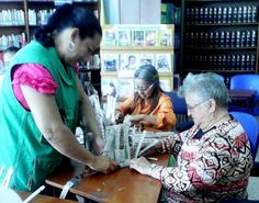 Adultos mayores aprenden manualidades con material reciclable.