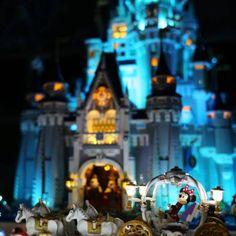 LEGO Disney Castle 360 - HelloBricks Lego Disney Castle, Lego Castle, Chateau Lego, Lego Christmas Ornaments, Disney Diy Crafts, Lego Minecraft, Lego Lego, Disney Quiz, Lego Animals