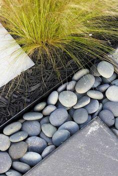 jardin paysager, des herbes, des graviers et des pierres