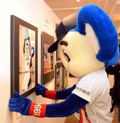 中部報道展にゲストとして出席し、自身の写真パネルを展示するドアラ=名鉄百貨店(森本幸一撮影)