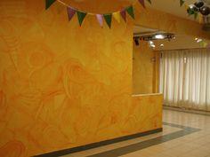 Pátina naranja muy dibujada en un salón de fiestas
