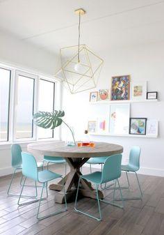 個性的な照明と椅子の色が部屋のイメージを明るくしてくれています。