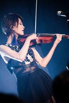 """(2 stars)明日21:00ごろ Ayasa公式LINE LIVE「Ayasa 見にくる?聴きにくる?CHRONICLE #7」配信(2 stars)   リリース日恒例(eh?!) Ayasa公式LINE LIVE「Ayasa 見にくる?聴きにくる?CHRONICLE #7」を明日21:00頃からお送りします(shiny)  1月27日に開催されたワンマンライブ""""Ayasa Theater episode 2""""での ライブセレクション映像を中心に収録したBlu-ray付きのベストアルバム  「BEST Ⅰ Special Edition Ver.1」についてAyasaが語ります(eighthnote)  コメントやハートを投げて参加してみてくださいね(heart)  ぜひ、アクセスしてフォローをお願いします。 ■Ayasaの公式LINE LIVEチャンネル https://live.line.me/r/channels/39154"""