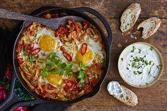 Tämä värikäs kasvis-munapannu on turkkilainen perinneruoka, joka taipuu niin aamupalaksi kuin päivälliseksi. Tarjoile mehevän pannuruoan lisäkkeenä leipää