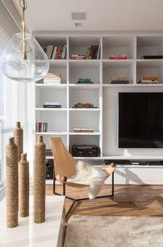 Apartamento integrado se destaca com decoração neutra e minimalista (Foto: Evelyn Muller)