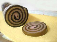 Jabón de Cookies con Jojoba. Jabones enrollados, únicos en España. Se elaboran con glicerina vegetal y con esencias de plantas naturales. No te podrás resistir a su aroma ni a su encantadora forma. Se venden de 50, 100, 150 ... gramos. Una pieza de 100 gramos puede utilizarse para formar una divertida piruleta, añadiendo una delgada barra de madera o bambú.  Pedido mínimo: 50 gramos: 1 Euro  Jabones artesanales, Jabones decorativos, Jabones aromáticos