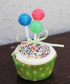 Really cute idea for decorating cup cakes .... can add in the lollipops to the store bought cupcakes (schools don't allow home baked items anymore)  Real Simple.com