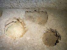 Chateau de Mayenne, des trous de poteaux,vestiges du 1° chateau en bois.- ARCHITECTURE CAROLINGIENNE, MAYENNE, 4: Les archéologues ont également mis au jour des trous de poteaux, seuls vestiges d'une construction en bois édifiée là entre le 5° et le 7°s, il s'agissait d'une résidence noble en bois, d'au moins 2 étages. Un imposant bâtiment lui a succédé vers 900. Il est bâti à partir de blocs de pierre prélévés à JUBLAINS, une ancienne ville gallo-romaine située à Quelques kms de là.