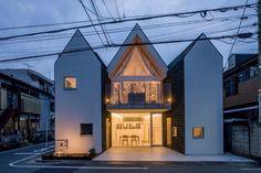 Que faire si vous êtes propriétaire d'une parcelle de terrain qui peut être partiellement saisie par le gouvernement pour le projet d'extension d'une route? Simple: vous construisez une maison qui peut-être coupé en deux et encore « survivre ».  Du moins c'est ce que cette jeune famille a décidé de faire. « Un projet d'urbanisation de la ville visait à utiliser les 2/3 du site » explique l'architecte Tekenori Miura. Le terrain est situé à une petite intersection dans le quartier d'Ota à…
