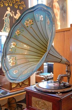 Vintage gramophone oh so shabby chic. Vintage Love, Vintage Decor, Vintage Antiques, Retro Vintage, Vintage Items, Vintage Beauty, Tableaux Vivants, Art Nouveau, Art Deco