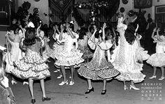 1972. Coín. Feria de Mayo             López Duerto - Andrés Moyano             Completo reportaje fotográfico de la Feria de Mayo de Coín que se celebró del 3 al 7 de mayo de 1972. En esta, actuación ante las cruces del Grupo de Baile de Dolores Negrillo.