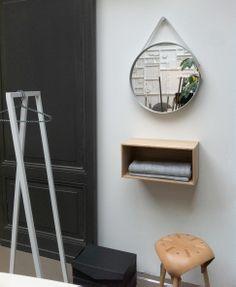 Wandkastje Dito van www.houtmerk.nl, voor een snelle opberger in de garderobe, of als nachtkastje. Op maat gemaakt of in vaste afmetingen. Hier gecombineerd met de spiegel van Hay Strap Mirror. Natuurlijk in de showroom van De Huisgenoten.