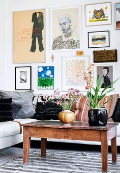 Trend alert: a gallery wall, but in size XXL – Roomed You undoubtedly know the term gallery wall. If not, a gallery wall is a piece of wall filled with beautiful prints, photo frames and posters. Summer Deco, Inspiration Wand, Interior Inspiration, Decor Room, Living Room Decor, Home Decor, Ethnic Living Room, Room Art, Deco Boheme