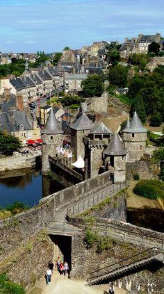 Les remparts de la ville de Fougères. Un des plus beaux ensembles de fortifications en #Bretagne.