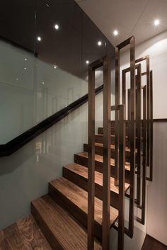 Les escaliers jusqu'à la deuxième étage sont terminés dans une belle couleur rose d'or.  Les mimiques de main courante la forme allongée de troncs d'arbre et conduit l'œil jusqu'au deuxième étage.