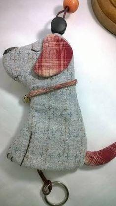 Resultado de imagem para patchwork case for key Sewing Crafts, Sewing Projects, Key Pouch, Key Covers, Key Fobs, Felt Ornaments, Fabric Scraps, Felt Crafts, Handicraft