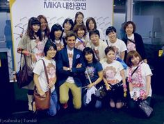 Mika in Korea 2011 with a group of fans