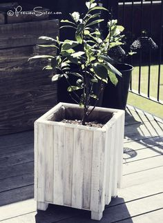 "Previous Pinner wrote ""DIY wood flower pot decor with used scrap pieces of planks from pallets and scrap plywood pieces. Wooden Planters, Diy Planters, Planter Boxes, Planter Ideas, Recycled Pallets, Wood Pallets, Pallet Wood, Wooden Flowers, Diy Flowers"
