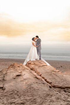 10 tips para obtener las mejores fotos de su primer beso como esposos.  #Matrimoniocompe #Organizaciondebodas #Matrimonio #Novios  #TipsNupciales #CaminoAlAltar #MatriPeru #BodaPeru #PrimerBesoDeCasados #Pareja #Romantico #Amor #Beso #ReciénCasados #FirstKiss Never Let Me Go, Wedding Goals, Couple Goals, Around The Worlds, Photo And Video, Wedding Dresses, Instagram, Couple, Amor