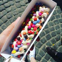 Wafflestick 🍡 So much to discover in Bruges! #smarties #mnms #waffle #waffleonastick #wafflestick #wafel #kleurrijk #colorful #wittechocolade #chocolade #whitechocolate #foodporn #candy #snoep #bruges #brugge #belgie #belgium #instalife #instaphoto