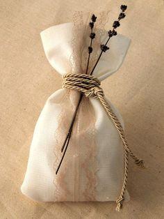 Πουγκί γάμου χειροποίητο με δαντέλα και λεβάντα. Η τιμή συμπεριλαμβάνει το Φ.Π.Α. και 5 κουφέτα αμυγδάλου