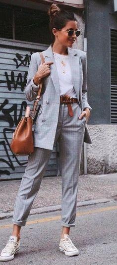 graues Zweireiher-Sakko mit Karomuster, weißes T-Shirt mit einem Rundhalsausschnitt, graue Anzughose mit Schottenmuster, weiße niedrige Sneakers für Damen