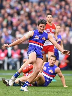 Tom Boyd of the Bulldogs kicks a goal during the 2016 AFL Grand Final match between the Sydney Swans and the Western Bulldogs at Melbourne Cricket. Melbourne, Sydney, Western Bulldogs, Australian Football, Rugby Men, Great Team, Pro Cycling, World Of Sports, Swans