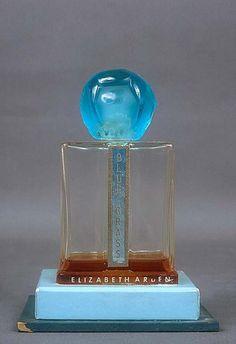 Flacon Blue Grass et son coffret, Elisabeth Arden - © Musée International de la Parfumerie, Grasse