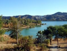 Embalse La Viñuela - A lake with lovely small beaches and stunning nature, just 20 minutes from the Mediterranean sea, under 1 h from Malaga, Spain. Travel Flights, Air Tickets, Mediterranean Sea, Andalusia, The Locals, Countryside, River, Nature, Outdoor